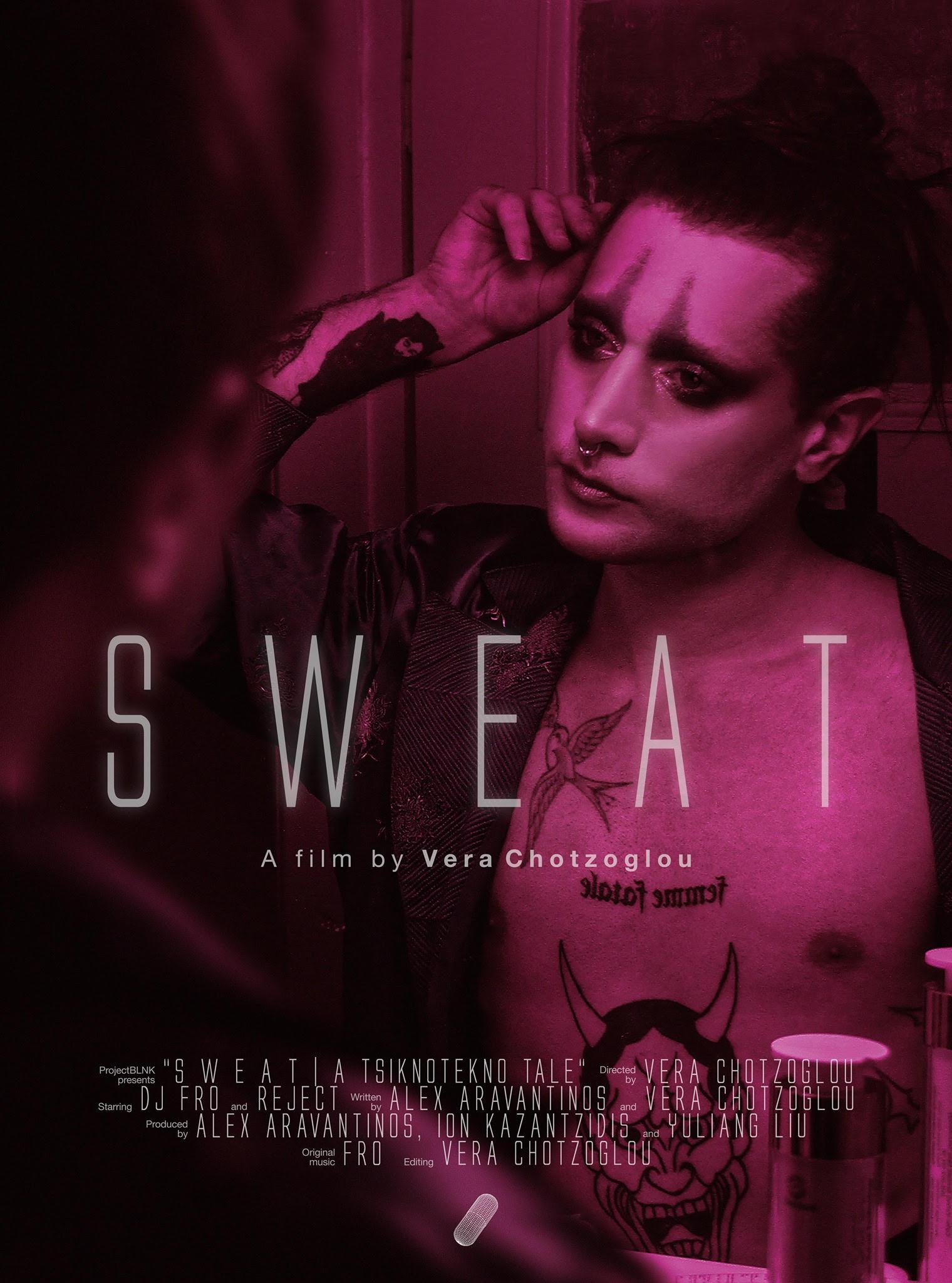 Αφίσα ταινίας, άτομο έντονα βαμμένο φτιάχνει τα μαλλιά του. Ροζ αποχρώσεις.